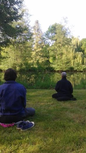 Deux pratiquants de la méditation au bord de la rivière de Clamecy