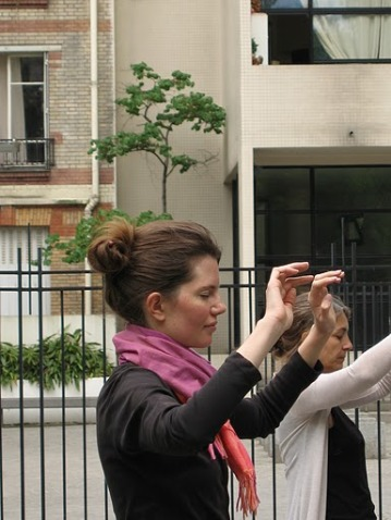 Deux personnes en posture de Qiqong statique dans le square Joan Miro Paris 13