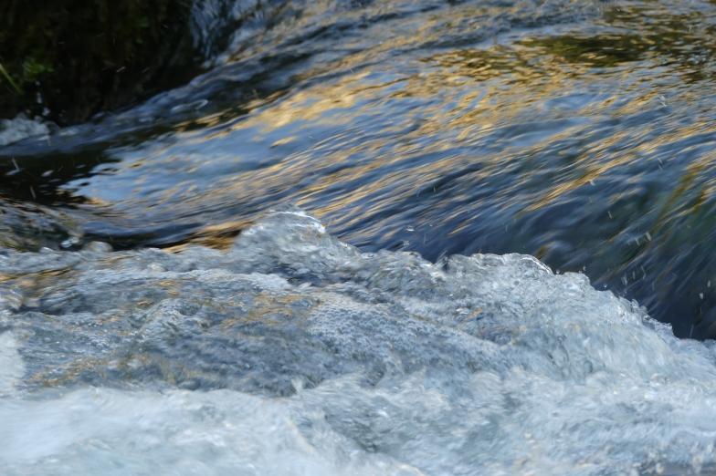 tourbillon et écume d'un cours d'eau