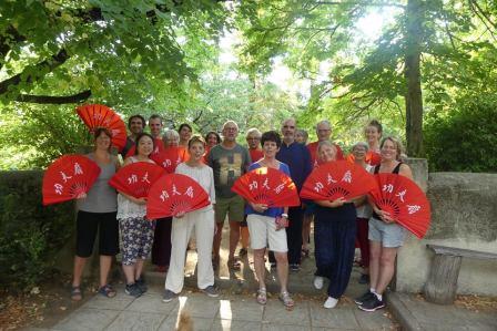 Participants et éventails au stage Taichi Qigong Meditation de l'été 2018 à Dieulefit