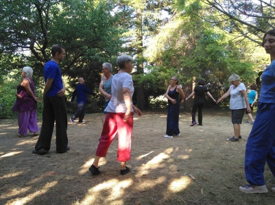Groupe de pratiquants du Qiqong au cours du stage de Taichi, Qigong, Aikido, Meditation à Dieulefit en juillet 2018